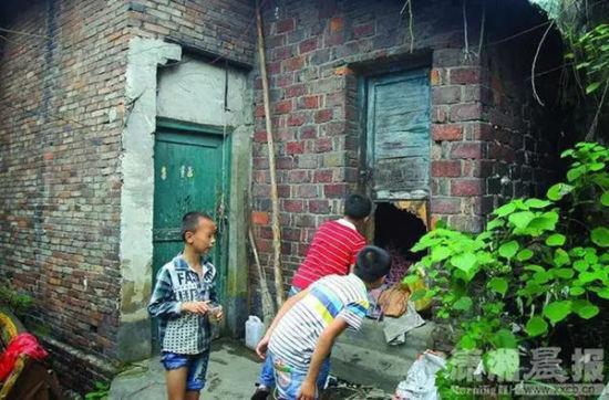 事发后当地小孩在附近好奇探视。潇湘晨报