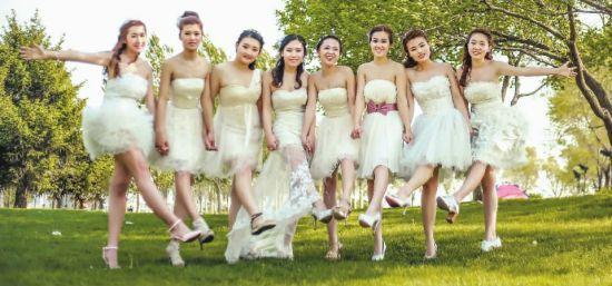 8名女大学生拍摄的毕业照