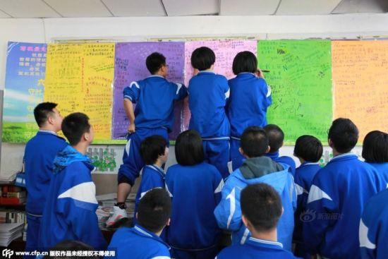 2015年3月26日,吉林长春,书写中考誓言,每个孩子都有自己想说的话。