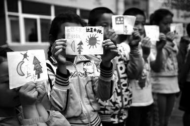 9名心理咨询师为留守儿童做心理辅导