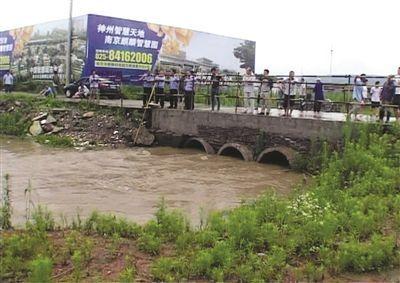 3岁男孩被雨水冲进河道不幸溺亡