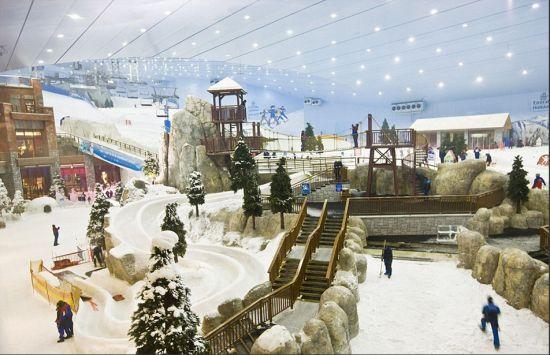 位于迪拜的阿联酋购物中心可容纳1200家店铺,这里拥有中东地区首家室内滑雪场。