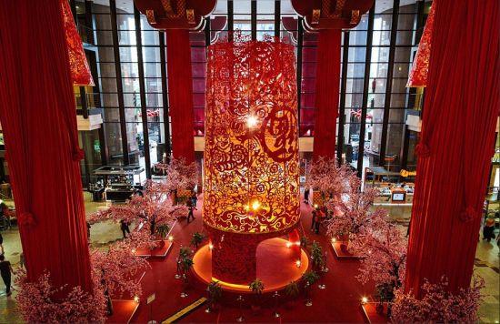 为庆祝2014年中国春节,马来西亚成功时代广场购物中心竖立起8米多高的大红灯笼