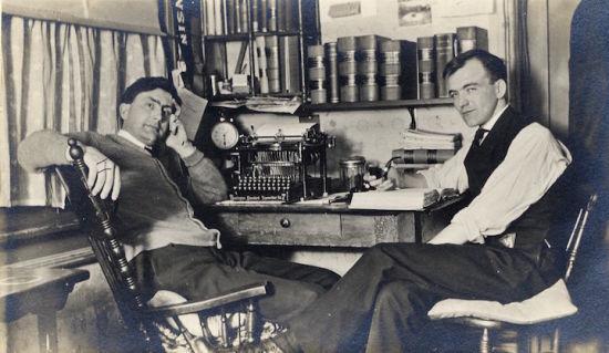 1909年的照片,桌子的打字机是用来打论文的。