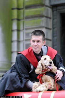 苏格兰可爱狗狗穿学士服 和主人参加毕业典礼(