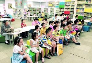 小朋友在图书馆培养阅读兴趣。