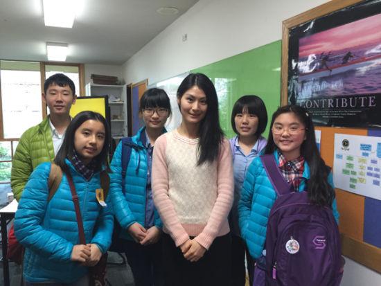 中国学生与凯瑞文法学校中文老师合影