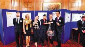 作为第二批国家资助的公派本科交换生,王雨嘉同学(右一)在英国卡迪夫大学规划学院学习期间,与小组同学一起在规划方案公众展览的现场。