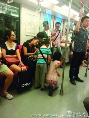 看到这两个乞讨的孩子,一位乘客哭了