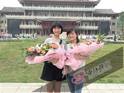 文理科第一名合照。(左:吴雅洁 右:李敏) 记者 邓鑫 摄