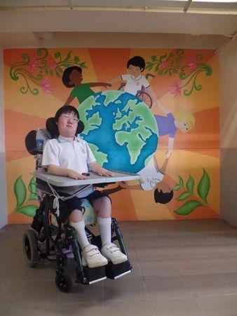图:从小徘徊生死边缘的周佩珊。来源:香港《大公报》