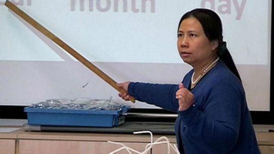 """""""中国老师开始慢慢适应,并开始掌控课堂。""""(英国广播公司网站)"""