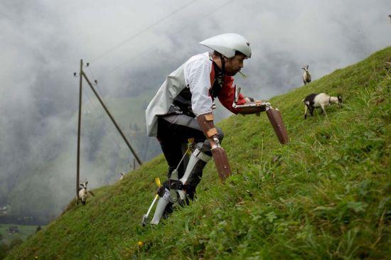 托马斯边吃草边爬山。(网页截图)