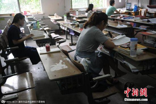 虽然占座者众多,但真正在自习室中的学生并不多