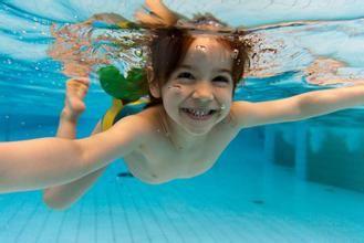 儿童练游泳时_澳大利亚研究:宝宝游泳学得早智商会更高