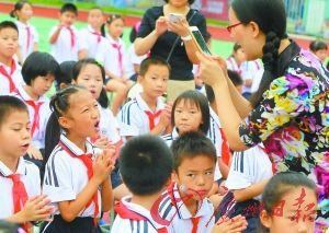 莞城中心小学的小朋友对着镜头卖萌。