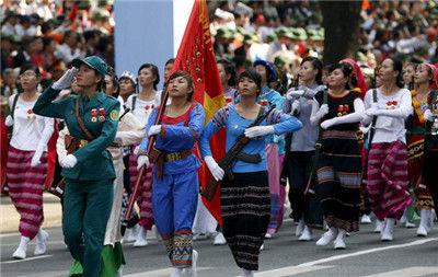 越南士兵身穿五颜六色的传统服饰参加阅兵