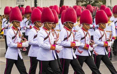 泰国士兵游行的帽子像火龙果的形状