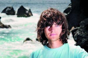 """21岁的荷兰少年斯拉特希望能用100公里长的海洋清洁装置,在10年的时间里清理""""太平洋垃圾岛""""近半的垃圾。"""