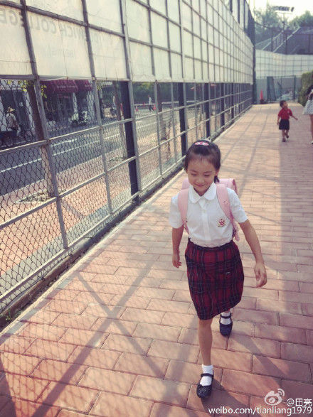 爸爸在田亮在微博晒女儿上学照片