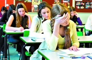 为考试费尽脑筋的学生。