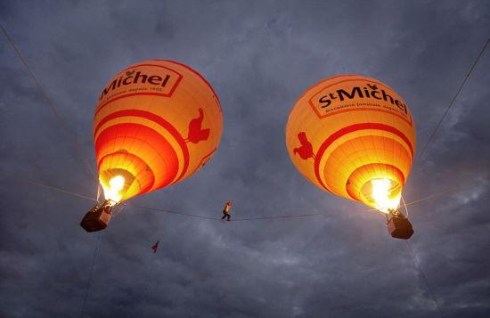 """梅里特与米洛特都是""""飞翔的法国人""""的团队成员,他们一年多前就有了尝试在两个热气球之间走钢丝的想法。(网页截图)"""