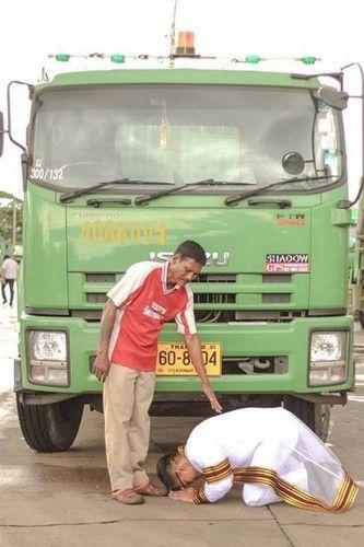 泰国青年卡朗纳隆从泰国著名学府朱拉隆功大学毕业,在垃圾车前向父亲叩头感恩。