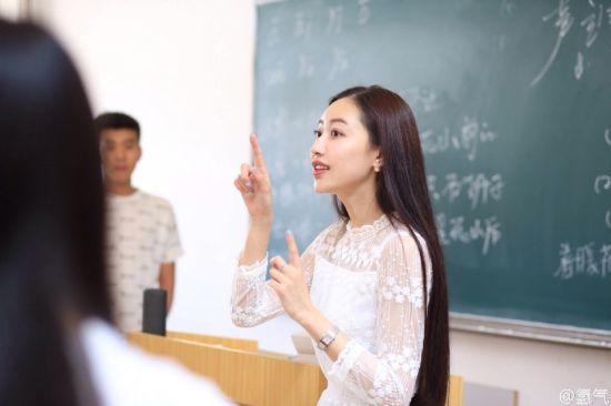 大数据时代2015最火的十位校花分别是:毕业于南京艺术学院,目前任职于大连工业大学的女老师。她以微博@许多语儿晒出众多写真,照片曝光后引发网友热议。