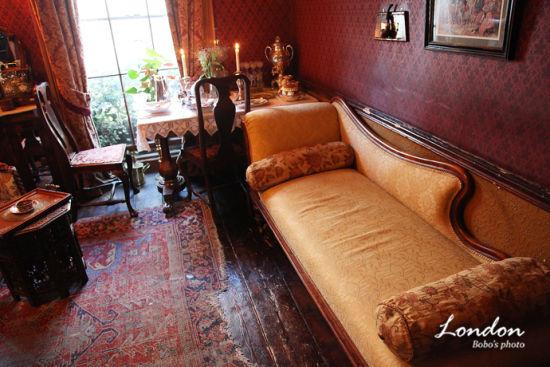 """二楼是福尔摩斯家和华生的起居室,再现了当时福尔摩斯和""""好基友""""的生活场景。"""