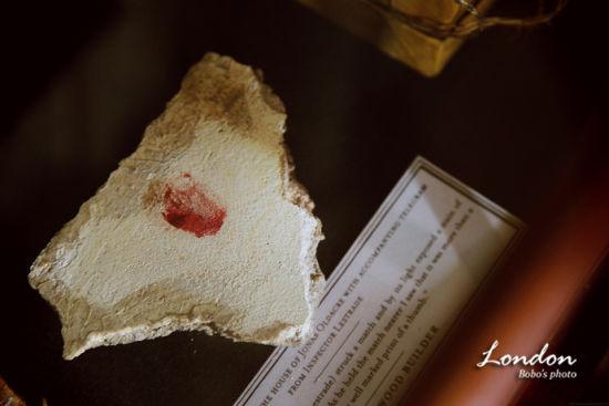 神秘的血手印,应该源自《血字的研究》吧。福尔摩斯我读的也不是很多,还请福尔摩斯迷们多多指正!
