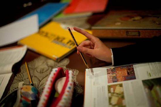 ▲ 孩子在写作业的时候玩笔