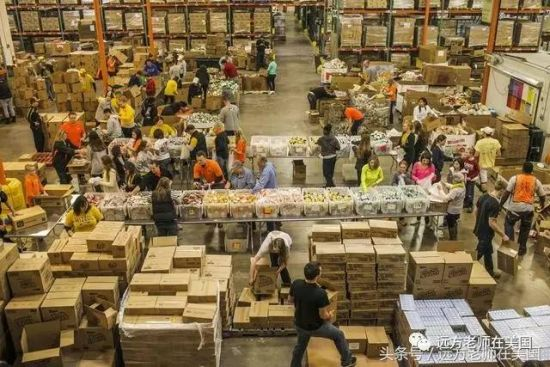义工们在慈善机构食品银行帮忙分类整理人们捐赠的食物