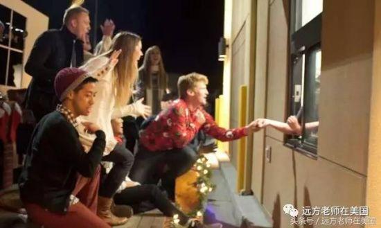 在快餐店窗外唱圣诞歌