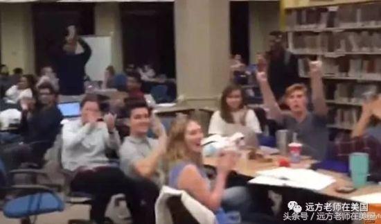 图书馆里用功的学生们都变成了热情的观众。