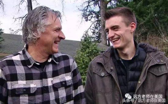 """斯科特父子很开心自己创造的""""奇观"""""""