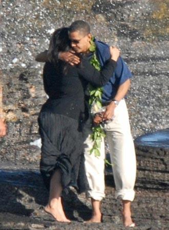 奥巴马亲手将外婆骨灰撒向大海(组图)