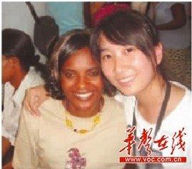 徐婷婷(右)与外国友人在一起。