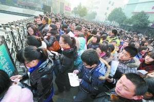 2月11日,在南京广播电视大学考点,考生准备进场参加考试。 新华社记者 孙参摄
