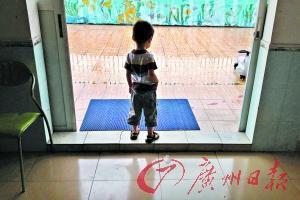 广州某儿童素质训练中心里一位自闭症儿童孤独的身影。记者莫伟浓 摄