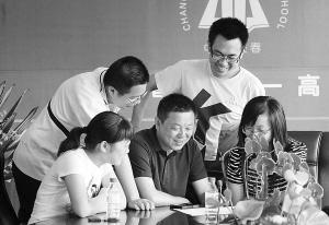 杨旭(中)和学生们在一起