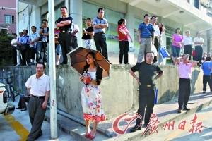 深圳中学校外焦急等待的高考考生家长。记者 高鹤涛 摄影