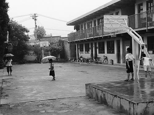 同心实验学校的操场上,孩子们还在玩耍。实习生 杜小娟摄