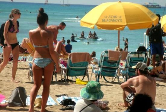 美国严寒中夏威夷海滩比基尼美女晒肉