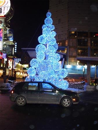 15种非主流圣诞树:蓝色的和球状的(组图)