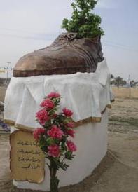 飞鞋雕塑落成:向砸鞋英雄致敬(图)