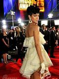 蕾哈娜红毯秀美腿-后背裸露贴水钻