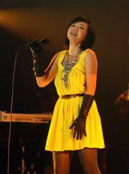 叶蓓身着黄色小礼服