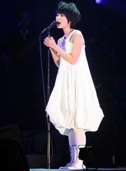 龙宽身着白裙
