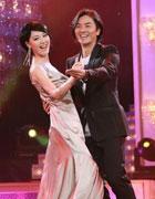 郑伊健和美女共舞