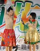 舞台上奉献幽默的夫妻